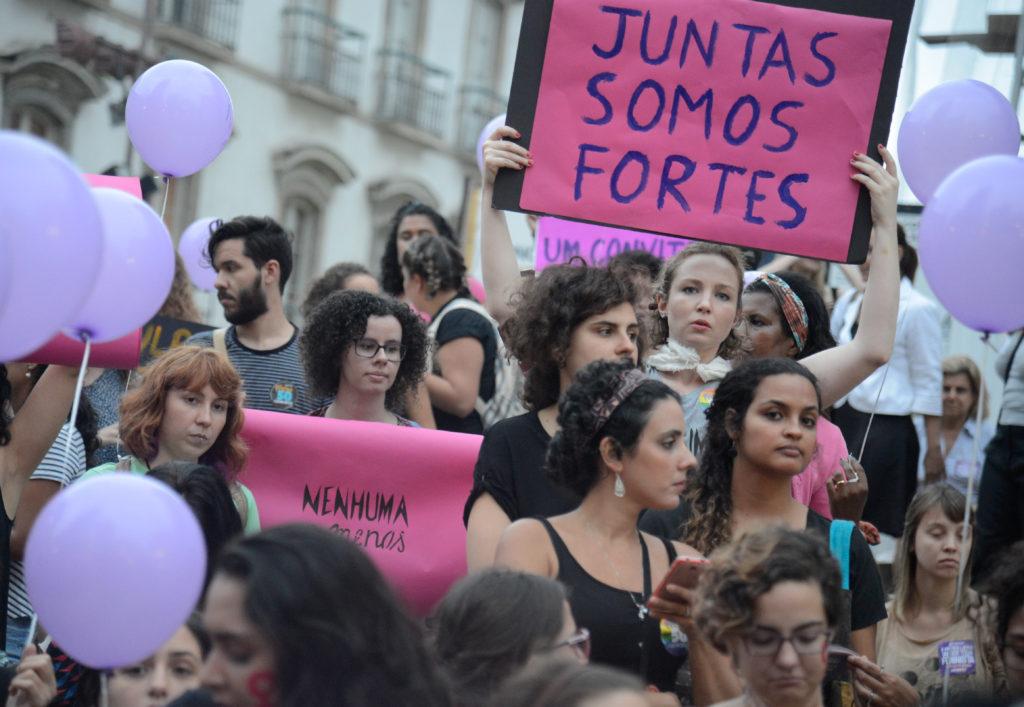 Rio de Janeiro - Mulheres fazem caminhada em solidariedade à série de manifestações feministas na América Latina, onde estão países com alta taxa de feminicídio, segundo a ONU (Fernando Frazão/Agência Brasil)