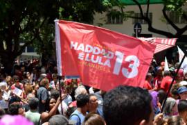 Ato em defesa da democracia reúne centenas de pessoas em BH